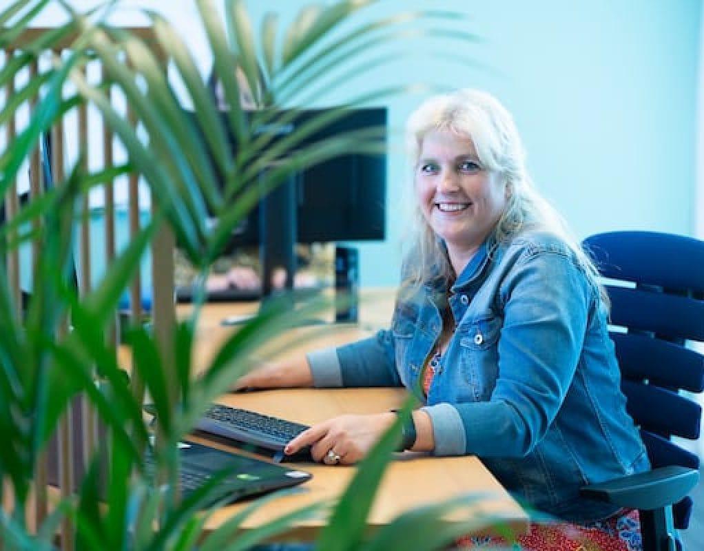 Medewerker Service CenterSinds januari 2019 is Natasja werkzaam bij MARK Leefstijl & Vitaliteit. De ruimte voor persoonlijke groei en ontwikkeling, zowel van studenten als van de MARK-medewerkers in het veld en op kantoor, spreekt Natasja erg aan. Naast haar dagelijkse werkzaamheden begeleidt zij met veel plezier de studenten tijdens hun opleiding. Als zij slagen, is het voor Natasja ook geslaagd.